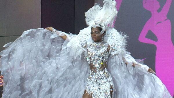 Конкурсантки Мисс Вселенная-2013 вышли на подиум в национальных костюмах
