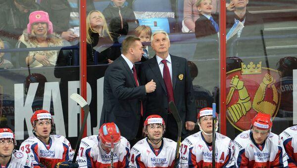 Зинэтула Билялетдинов (на заднем плане, справа) и российские хоккеисты в матче второго этапа Еврохоккейтура 2013/14. Фото с места события