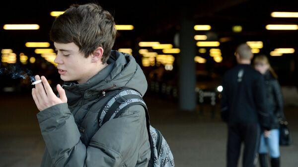 Родителей курящих детей в России могут начать штрафовать, пишут СМИ