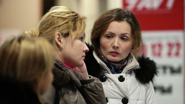 Скорбящие люди в аэропорту Казани, где при посадке разбился летевший из Москвы пассажирский самолет Боинг 737
