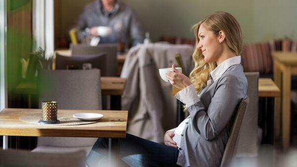 Беременная женщина в кафе