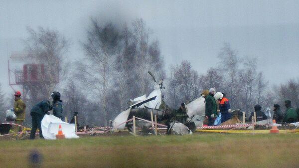 Сотрудники МЧС и правоохранительных органов работают на месте крушения самолета Boeing 737