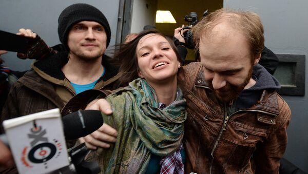 Фотограф Денис Синяков (справа), отпущенный из-под стражи под залог в 2 миллиона рублей, с супругой Алиной у СИЗО №1 в Санкт-Петербурге