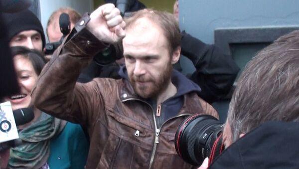 Вышедший из СИЗО фотограф Синяков обнял жену и рассказал о своих планах