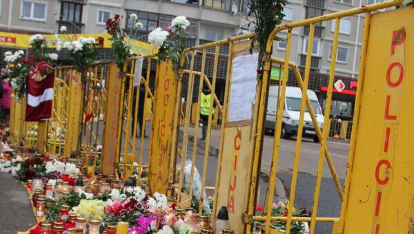 Цветы в память о погибших при обрушении в ТЦ в Риге