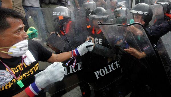 Столкновение демонстрантов с полицией в Бангкоке, фото с места события
