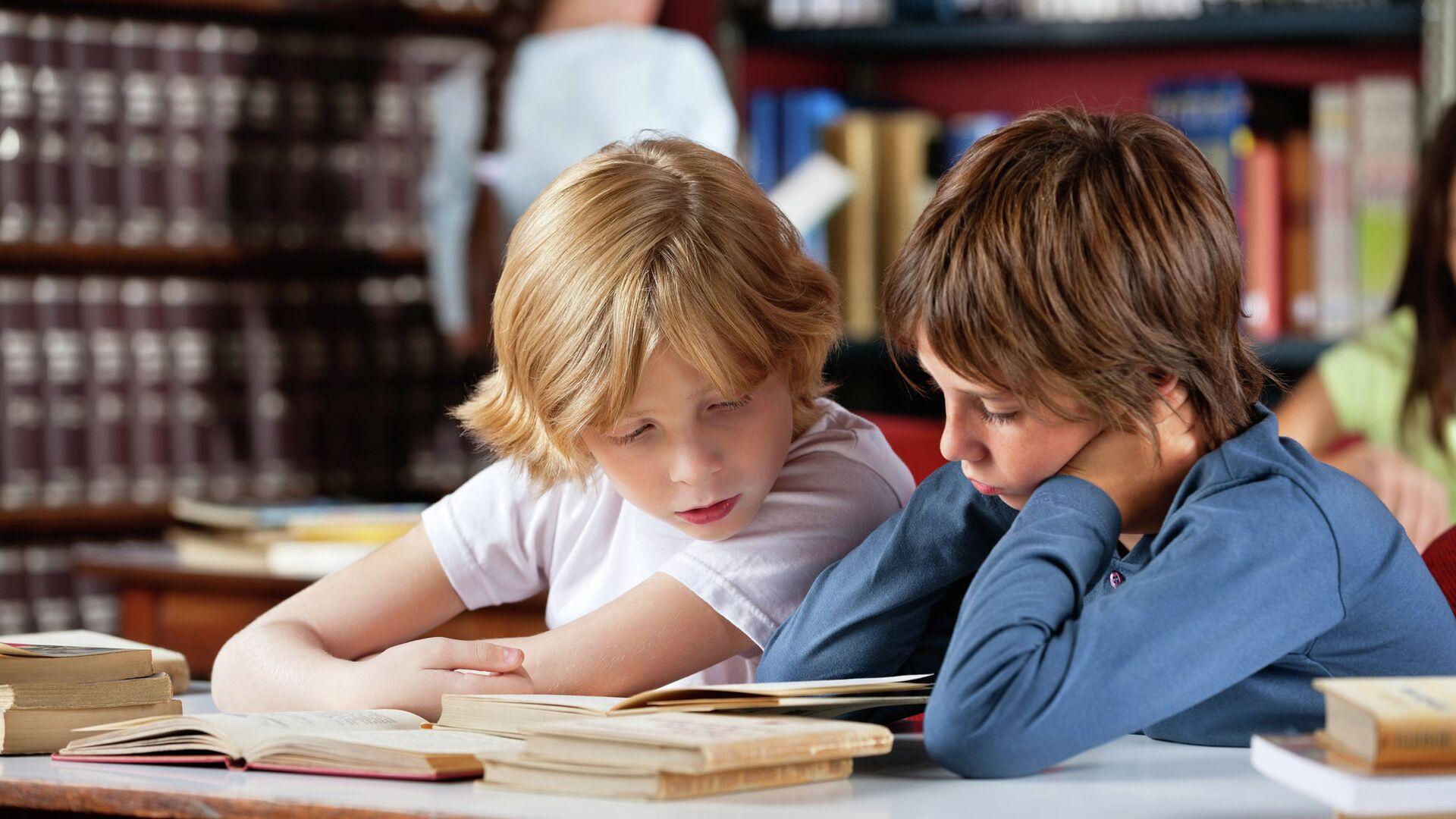 Школьники читают книги в библиотеке - РИА Новости, 1920, 23.09.2020