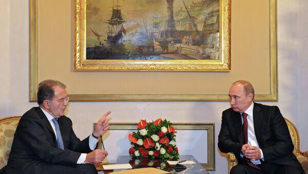 Президент России Владимир Путин (справа) во время встречи с экс-премьером, спецпосланником генсекретаря ООН Романо Проди. Фото с места событий