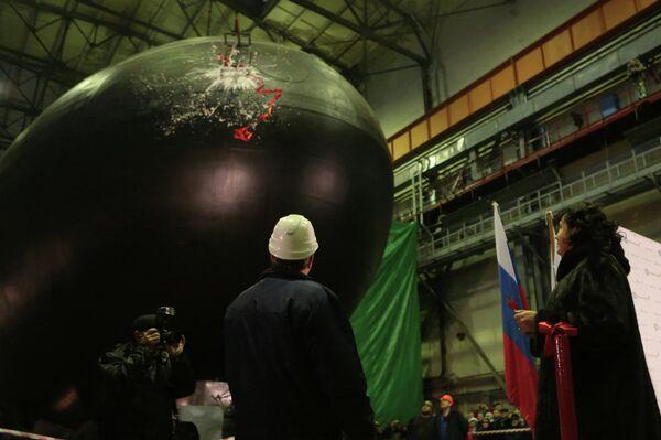 Дизель-электрическая подводная лодка Новороссийск во время церемонии спуска на воду на Адмиралтейских верфях в Санкт-Петербурге.