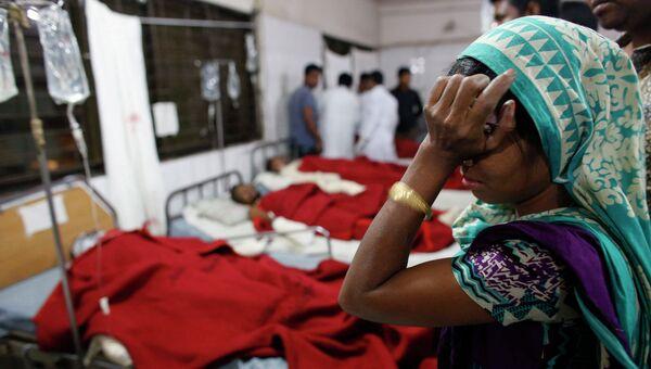 Больница, куда отправлены пострадавшие в результате взрыва самодельной бомбы в автобусе в городе Дакка (Бангладеш)