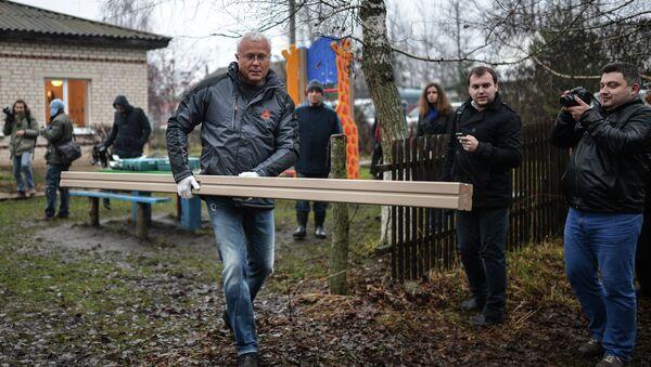 Банкир Александр Лебедев приступил к монтажу детской площадки в селе Поповка Чернского района Тульской области