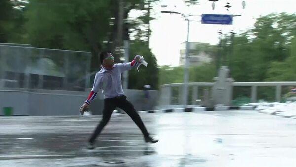 Полицейские и демонстранты в Бангкоке кидали друг в друга газовые гранаты
