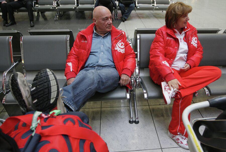 Телеведущий Владимир Познер с женой Надеждой Соловьевой в аэропорту Шереметьево