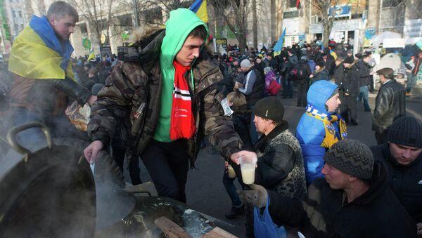 Раздача горячей еды участникам акций сторонников евроинтеграции на площади Независимости в Киеве. Архивное фото
