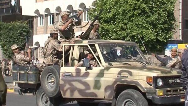 Военные оцепили комплекс Минобороны в столице Йемена после атаки боевиков