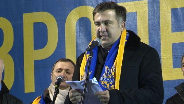 Саакашвили на Майдане пожимал руки митингующим и говорил по-украински