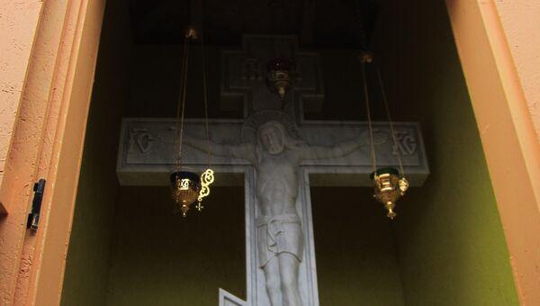 Поклонный крест из каррарского мрамора, установленный на участке, выделенном Страсбургом под русский храм. Фото с места событий