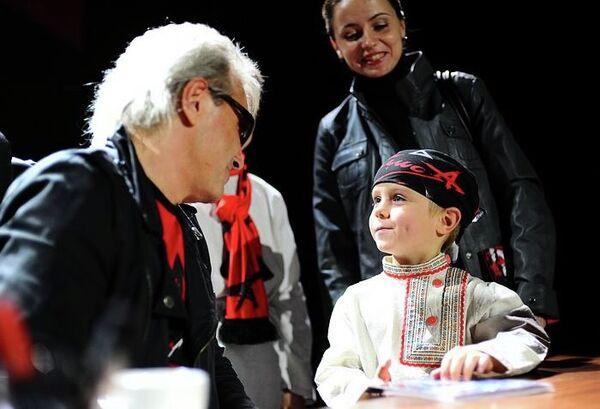 Певец Константин Кинчев с поклонником во время автограф-сессии