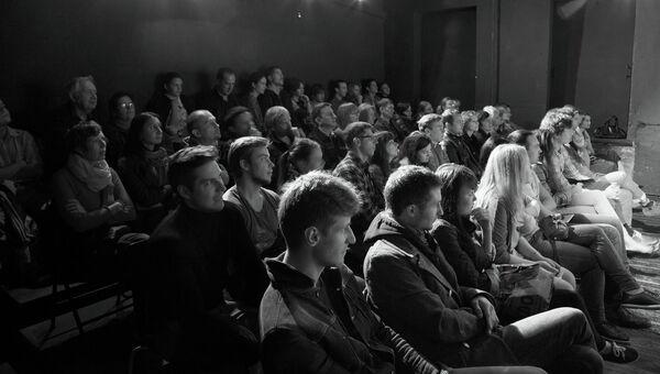 Зрители в Театре.Dос, архивное фото
