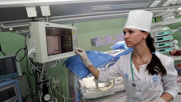 Медсестра в перинатальном центре, архивное фото