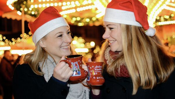 Девушки на рождественской ярмарке