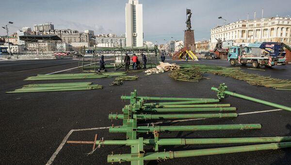 Рабочие начали устанавливать прошлогоднюю елку в центре Владивостока