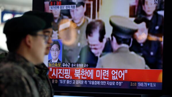Дядя Ким Чен Ына Чан Сон Тхэка перед казнью, архивное фото