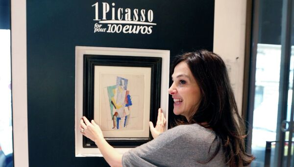Организатор лотереи Один Пикассо за 100 евро перед картиной Пабло Пикассо Человек в цилиндре