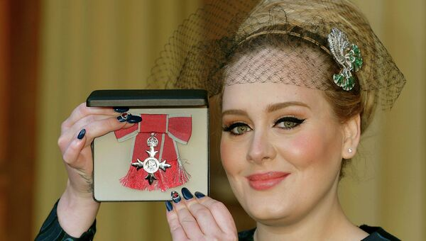 Певица Адель (Adele) с орденом Британской империи