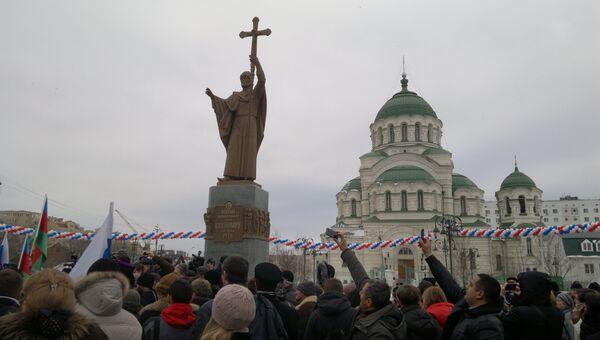Памятник князю Владимиру в Астрахани. Событийное фото.