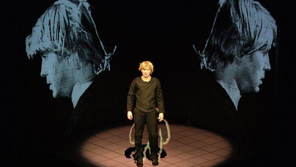 Актер Евгений Миронов в роли Тени отца Гамлета в сцене из спектакля Гамлет. Коллаж. Архивное фото