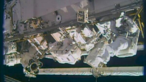 Астронавты во время выхода в открытый космос