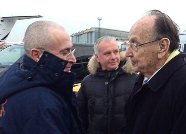Экс-глава нефтяной компании ЮКОС Михаил Ходорковский и  бывший министр иностранных дел Германии Ганс-Дитрих Геншер