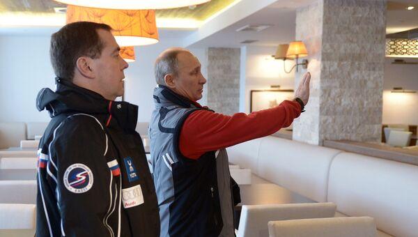 Путин и Медведев во время посещения гостиничного комплекса в горном кластере
