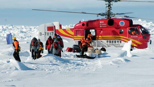 Вертолет с китайского ледокола Сюэлун (Снежный дракон) выгружает спасенных пассажиров российского ледокола Академик Шокальский