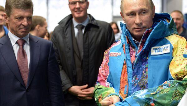 Президент России Владимир Путин во время посещения центра подготовки волонтеров зимних Олимпийских игр в Сочи. Событийное фото