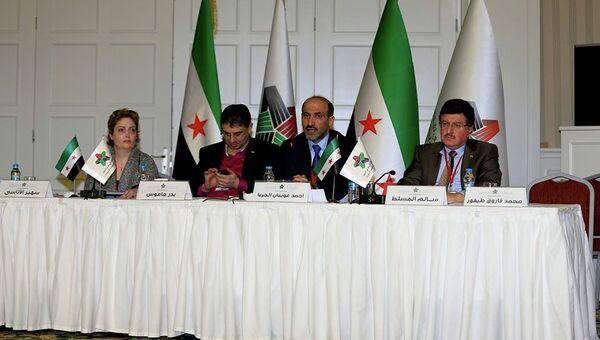 Лидер Нацкоалиции Сирии Ахмад Джарба (в центре) и генеральный секретарь Бадр Джамус (слева) на съезде коалиции в Турции. Фото с места событий. Архивное фото
