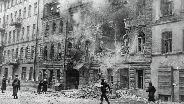 Одна из улиц Ленинграда после обстрела немецкой артиллерией, архивное фото