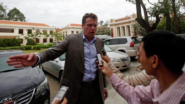 Русский олигарх Сергей Полонский отвечает на вопросы журналистов около Апелляционного суда в Пномпене 13 января 2014 года.