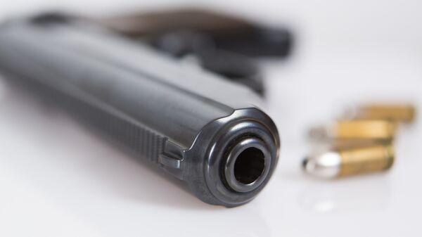 Пистолет с патронами, архивное фото