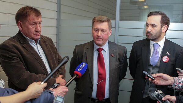 Иван Стариков, Анатолий Локоть и Илья Пономарев (слева направо) подписали соглашение о взаимодействии  на выборах мэра Новосибирска