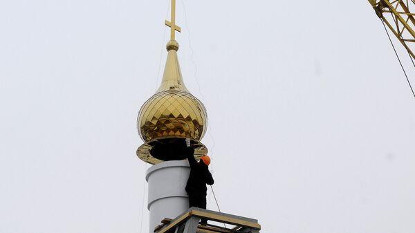 Установка куполов на строящийся храм иконы Божией матери Всех скорбящих радость в поселке Торгашино (Красноярск)