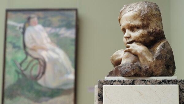 Скульптура А.Голубкиной Ребенок (1909 год), представленная на открытии выставки Анна Голубкина. К 150-летию со дня рождения в Третьяковской галерее в Москве