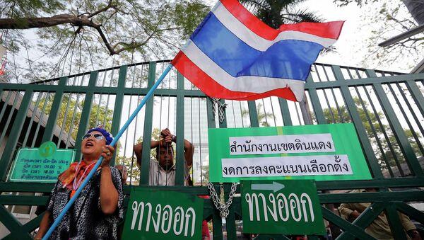 Протестующие у избирательного участка в Бангкоке. Фото с места события