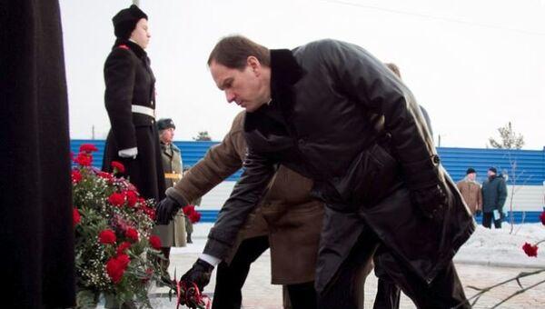 Губернатор Красноярского края Лев Кузнецов возложил цветы к памятнику жителям блокадного Ленинграда, захороненным в поселке Березовка