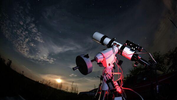 Телескоп на фоне звездного неба