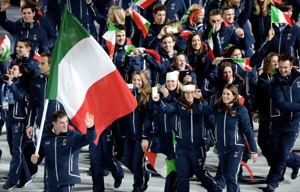 Знамя сборной Италии нес знаменитый саночник, двукратный олимпийский чемпион Армин Цоггелер.