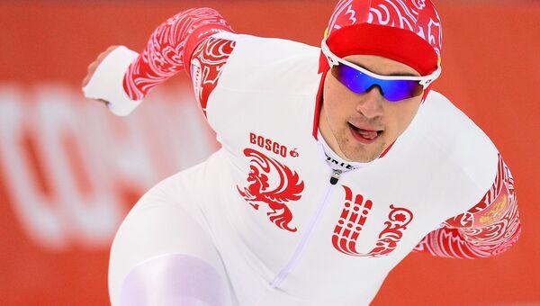 Денис Юсков (Россия) на дистанции в забеге на 5000 метров в соревнованиях по конькобежному спорту среди мужчин