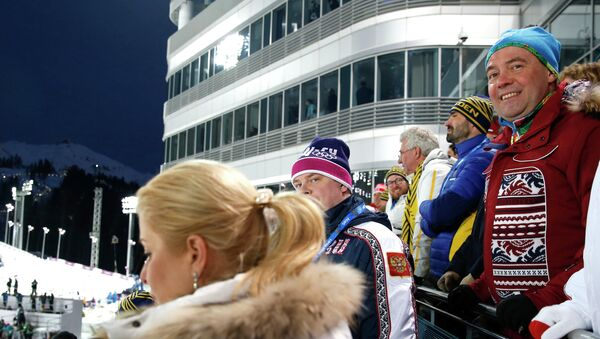 Дмитрий Медведев на трибунах лыжно-биатлонного комплекса Лаура во время мужской спринтерской гонки. Фото с места события