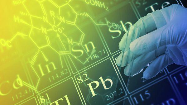Ученый работает с периодической системой химических элементов Д. И. Менделеева. Архивное фото